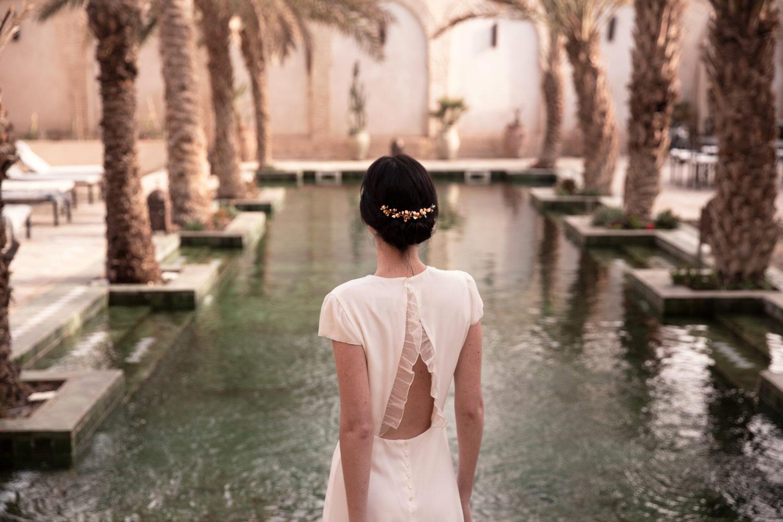 Robe courte dos nu en soie